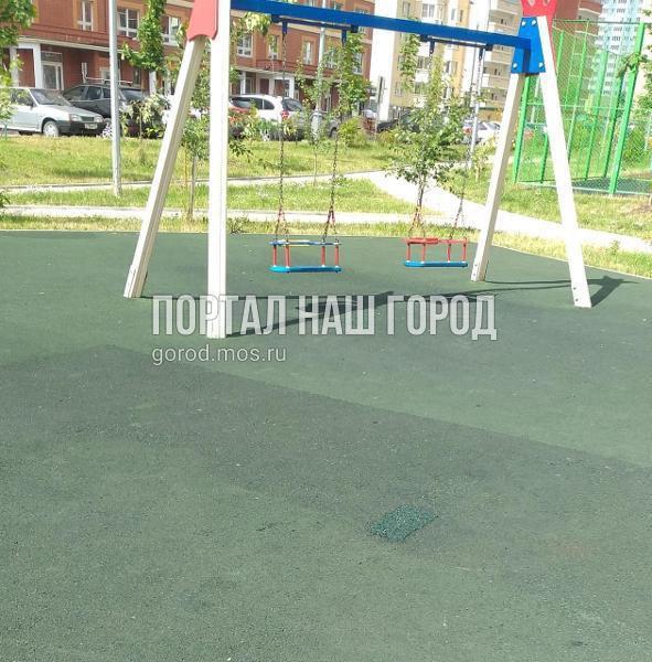 Покрытие детской площадки на Недорубова восстановили коммунальные службы