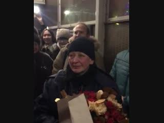 флешмоб в честь дня рождения контролера железнодорожной станции.