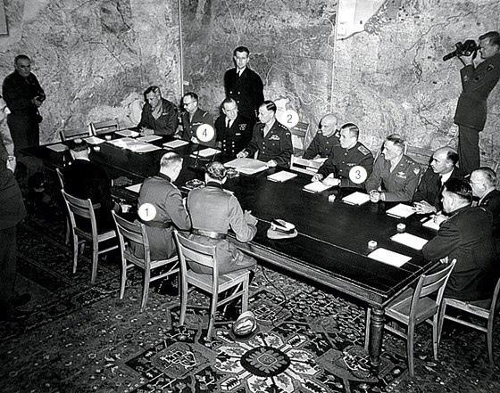 Принято считать, что Акт о капитуляции подписал 8 мая 1945 года Жуков где-то возле Берлина