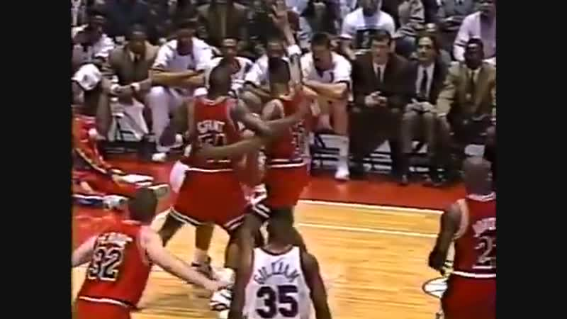 (1991)Scottie Pippen and Horace Grant grab each other in order to refrain Barkley from splitting the double team🔒