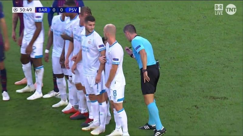 Первый гол Дня. Месси забивает со штрафного в ворота ПСВ