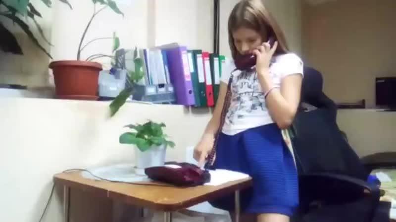 Когда ребенок впервые увидел старый телефон...