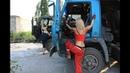 Девушки дальнобойщики за рулем грузовиков.