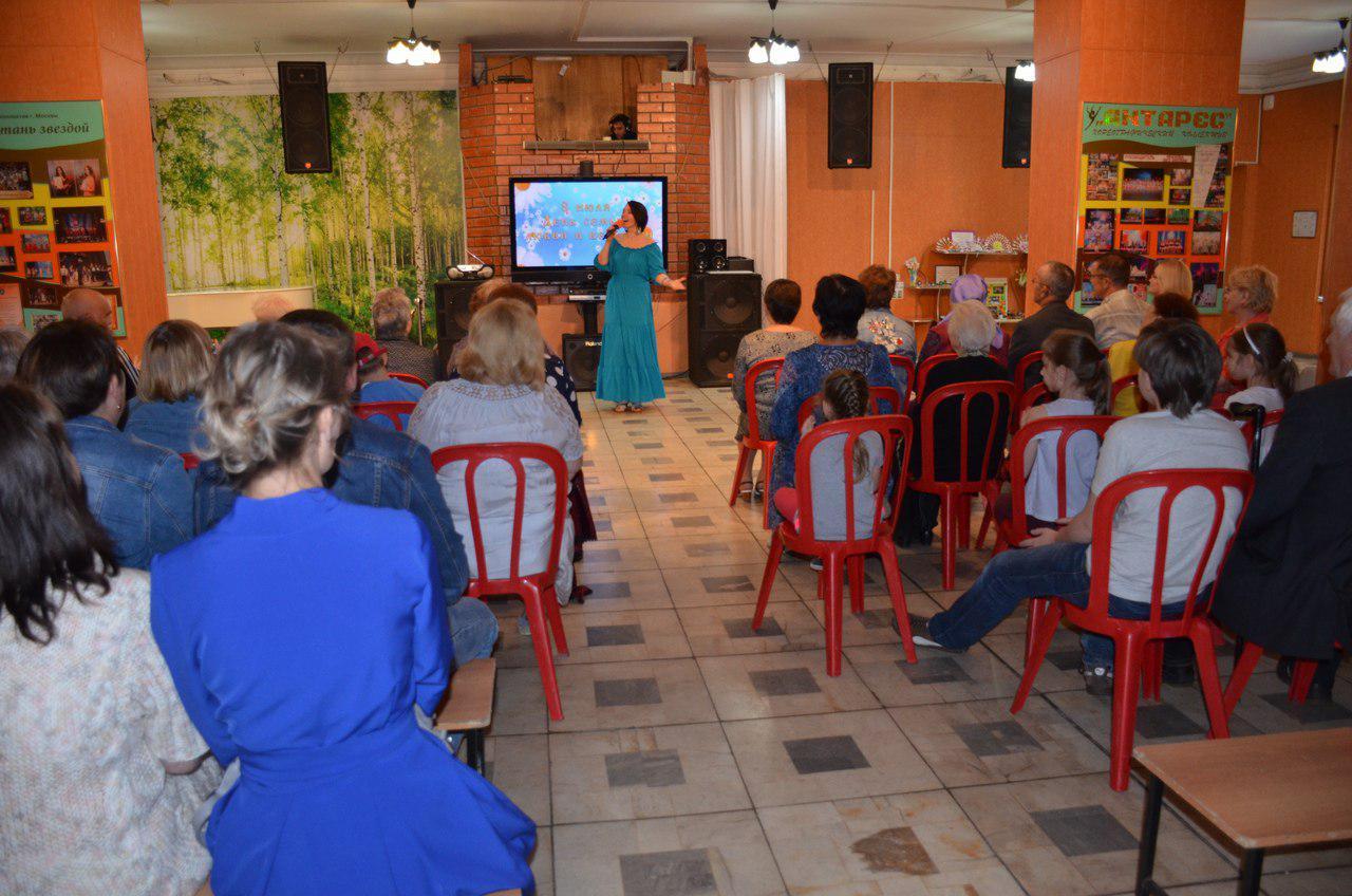 В доме культуры на 1-й Вольской День семьи, любви и верности отметили концертом