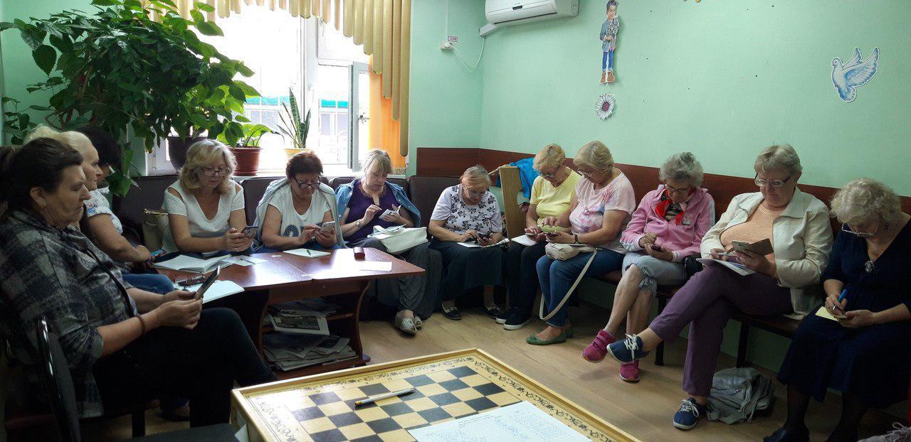 Пенсионеров из Некрасовки научили скачивать приложения и отслеживать автобусы через Интернет