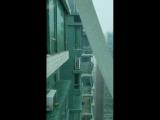 Building qui bouge du a la puissance d'un typhoon.