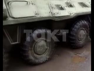 В Курске военные БТР зажали четыре легковых авто
