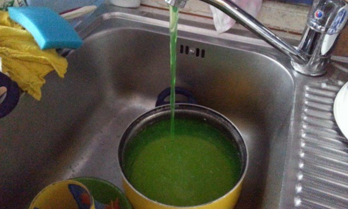 В Донецке из кранов вместо птиьевой воды течет зеленая вода
