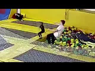 В батутном центре девочка разбила голову