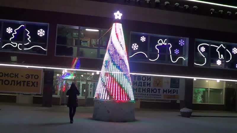 Дизайнерская ёлка у ОмГТУ. Снежный городок на стадионе Нефтяник.