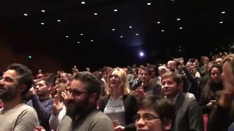 Standing ovation pour James McAvoy et @MNightShyamalan sur la scène de @cinemathequefr pour l'avant-première de Glass. Place au