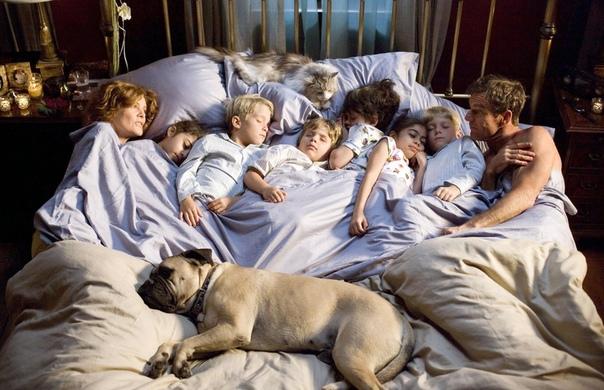 В МОЕЙ ПОСТЕЛИ В моей постели, как правило, спят втроём. Если туда случайно попадают двое, к ним немедленно присоединяется третий. Без третьего никак. Если третий присоединяется невовремя,