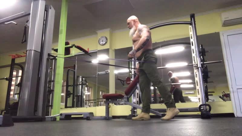 шаг назад с резиной, укрепляем ягодичные мышцы. тянем подвздошно поясничную!