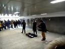 Три парня виртуоза зажигают в подземном переходе