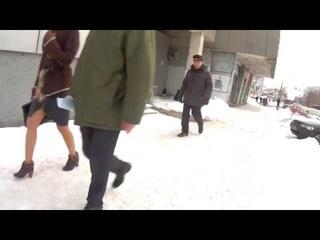 девушка в юбке с вырезом