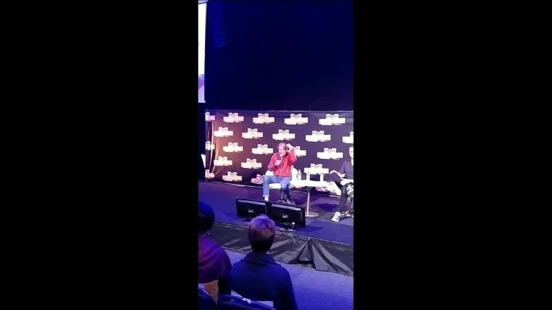 Video]180914 매즈 미켈슨 - 코믹콘 스톡홀름 QA. 내가 질문 첫머리에 Fannibal이라고 언급하니 바로 매즈가 사람들에 설명. 친절해. 항상 챙긴다.mp4