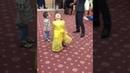 Маленькая девушка классно танцует на свадьбе