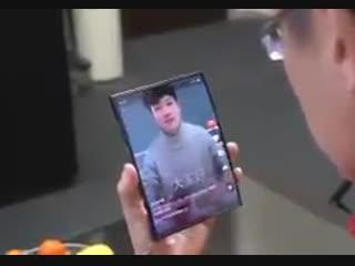 Глава Xiaomi Лин Бин показал прототип смартфона c гибким экраном, который складывается вдвое