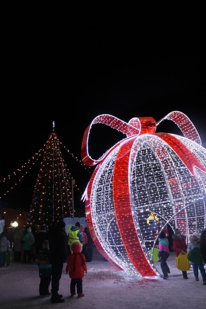 На большой световой шар, который находится в ледяном городке вернулся бант.
