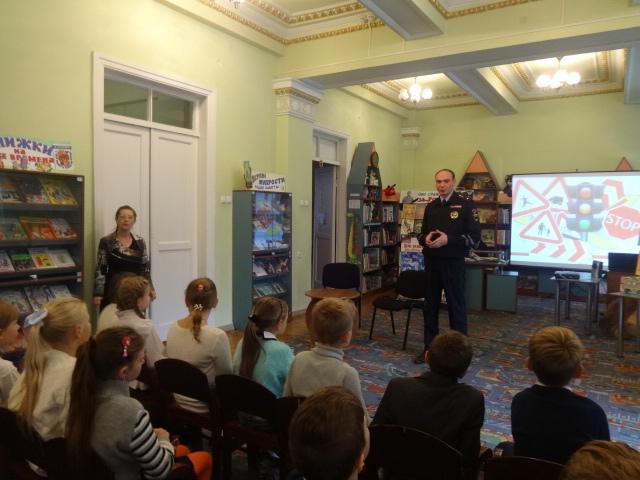 Донецкая республиканская библиотека для детей, отдел обслуживания дошкольников и учащихся 1-4 классов, соблюдения правил дорожного движения, гости из гаи