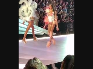 Холзи выступает с песней «Without Me» на «Victoria's Secret Fashion Show» (08.11.18)