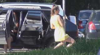 Девушка сексуально танцует с дорожным знаком, как с шестом для стриптиза.