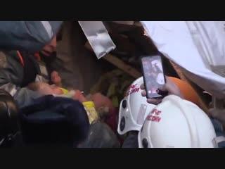 Новогоднее чудо: младенец в колыбели спасён из-под завалов в Магнитогорске
