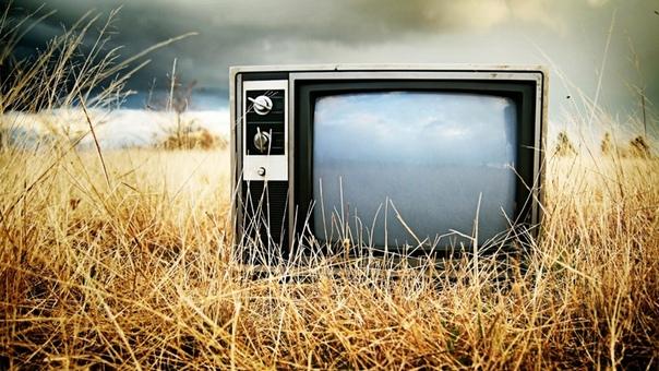 пока говорит телевизор дед спиридон сидел на скамейке и чистил старую двустволку марки иж-27. к российской глубинке подбирался рыжий сентябрь. — слышь, дед! — прилетел из дому сиплый бабкин