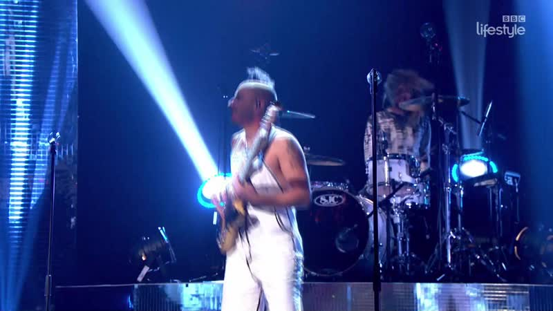 DNCE - Cake by the Ocean (The Graham Norton Show 19-05 - 2016-04-22)