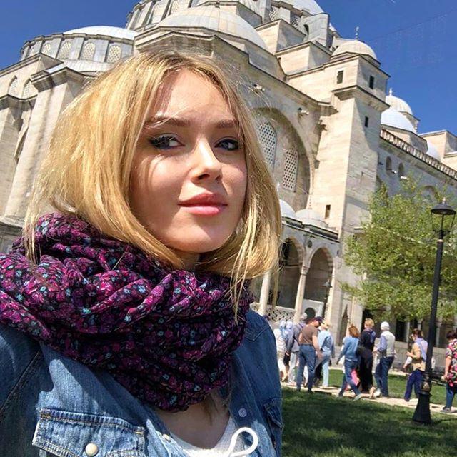 Ксения Сухинова: В Стамбуле я была впервые поэтому планов и must-see мест, которые я хотела увидеть было много. Конечно,далеко не все успела посмотреть, зато будет что в следующий раз лицезреть. Написала список мест, которые я посетила, может кто-то из вас собирается в Стамбул и этот пост будет полезен. Если кто знает ещё места для обязательного посещения, пишите, буду признательна🤗  Это конечно главные символы города -Собор Святой Софии или Айя-София -Голубую мечеть или Мечеть Султанахмет -Дворец Долмабахче, который своей роскошью может сравниться с Версалем и Петергофом -Дворец Топкапы - бывшая резиденция падишахов Османской империи -Два творения известного зодчего Синана: мечеть Сулеймание и Шехзаде -Церковь Хора, которая не так давно стала Музеем мозаики -Древнее водохранилище, построенное еще греками, называемое «подземным дворцом» -Виртуальный музей «Панорама 1453», посвященный осаде византийской столицы -Музей миниатюр под открытым небом, где можно увидеть Турцию в масштабе 1:25 -Главная пешеходная улица Истикляль, там можно увидеть загадочную Галатскую башню и прокатиться на историческом красном трамвайчике, одном из символов города Хоть современная Турция и мусульманская страна, но в Стамбуле стоит огромное количество христианских храмов, стоящих здесь со времён Византии. -Влахернская церковь, в честь явления в этом храме Богоматери установлен праздник Покрова Пресвятой Богородицы. -В монастыре Балыклы можно зайти в храм Живоносного Источника. По легенде он построен на месте родника с целебной водой, на который указала византийскому императору сама Богородица. Ну и конечно, прокатиться по ночному Стамбулу на катере))