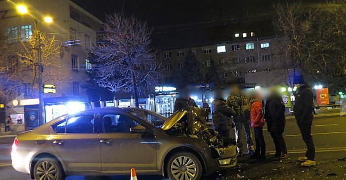 В Мариуполе легковушка врезалась в военный автомобиль