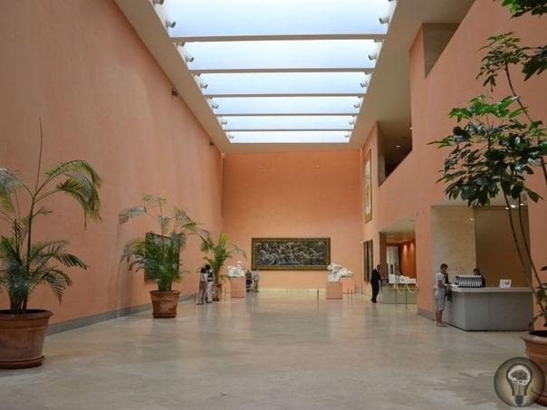 Какие музеи посетить в Мадриде 1. Выставочный зал Прадо Музей Прадо, по своей обширности и значимости, пожалуй стоит в одном ряду с такими гигантами как Лувр и Эрмитаж. Собрание живописи здесь