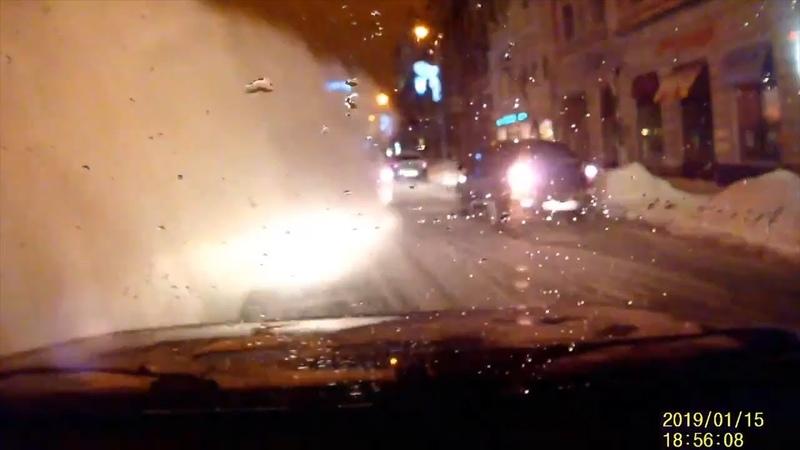 С крыши на улице Куйбышева в Самаре сошла лавина снега на дорогу