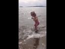 Ловит волны ногой