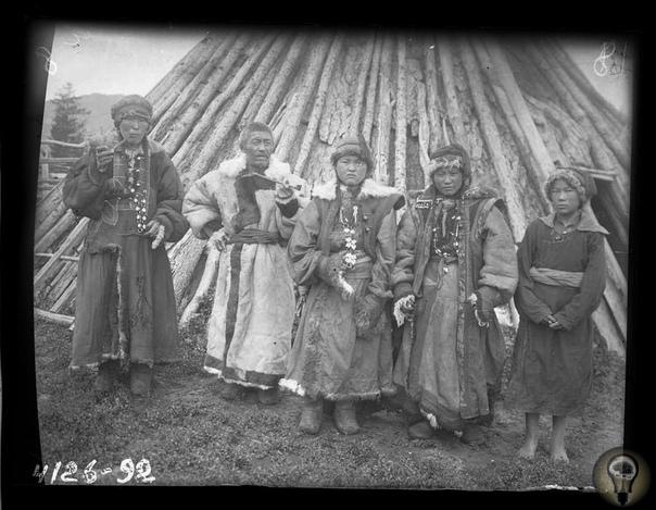 Алтайцы 1927 - 1929 гг. Свадебная обрядность народов Саяно-Алтая. Ч.-1 Рассматривается свадебная обрядность народов Саяно-Алтая в хронологических рамках конца ХIХ - начала XX в. Выявляются общие