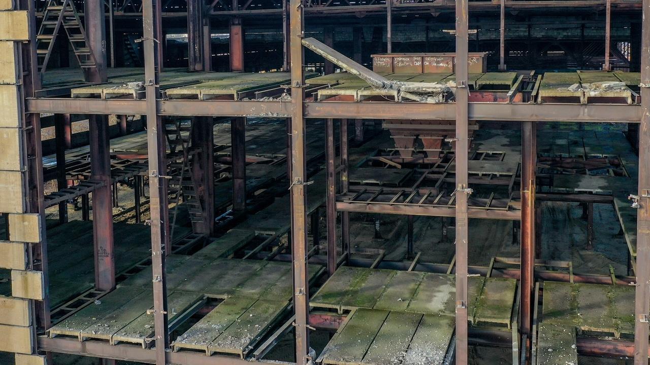Как разбирают заброшенное здание у Цветотрона - вид сверху