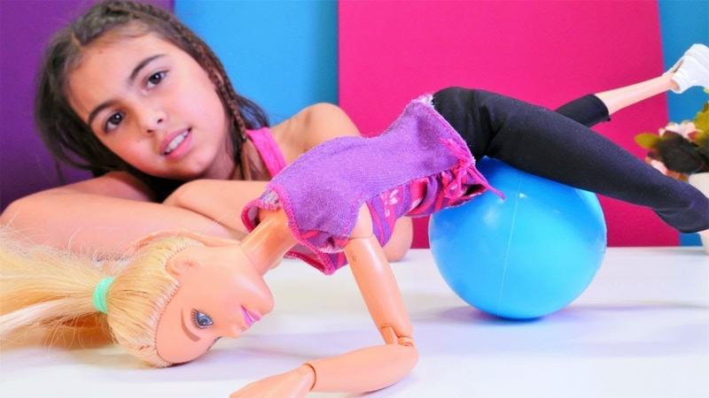 Barbie ısınmadan spor yapıyor! Kukla oyunu çocuklar için