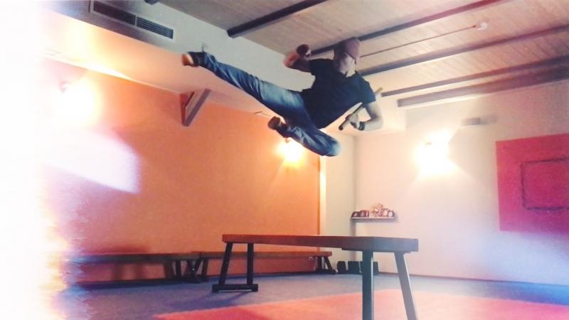 Новый клип Ван Дэна. Акробатика, силовые упражнения с палкой и скамейками.