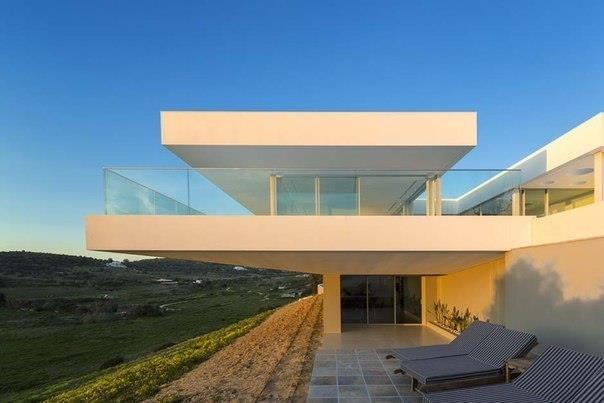 В качестве зонирующего интерьерного элемента нового дома в провинции Лагуш (Португалия) архитектор Мариу Мартинс использовал переливной бассейн.