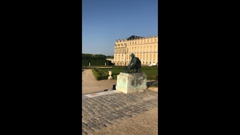 Мужчине не хватало прогулки по Версальскому парку