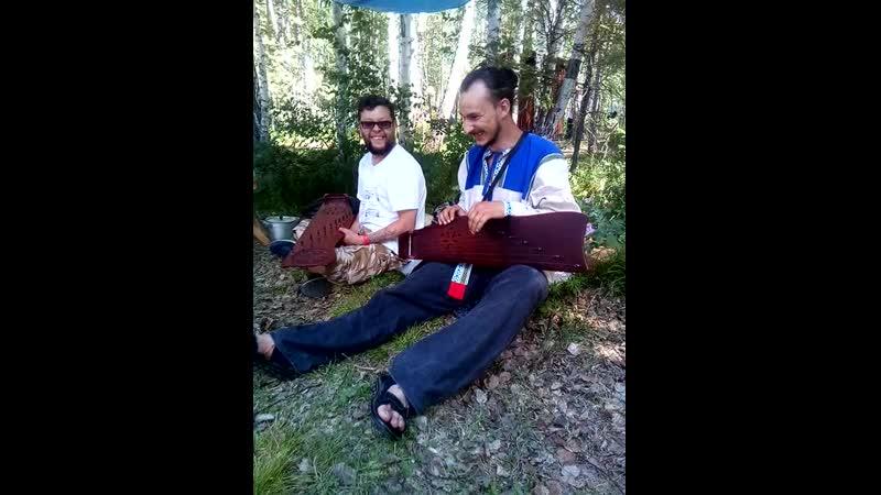 гусли и два музыканта