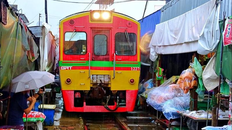 Train rides through the Mae Klong Railway Market / Поезд едет по рынку между торговых рядов