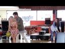 Gatas se jogam para cima de homem comprometido em jogo de boliche