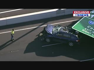 На трассе в Австралии знак упал на авто