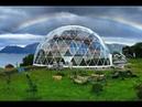 Дом, под стеклянным геодезическим куполом.