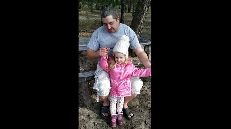 Коля Лебідь танцює з донечкою