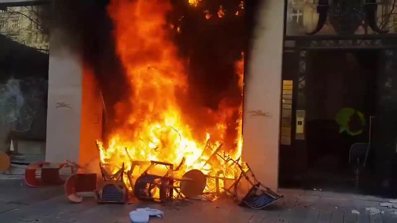 Acte 18 PARIS Le magasin Longchamp en feu