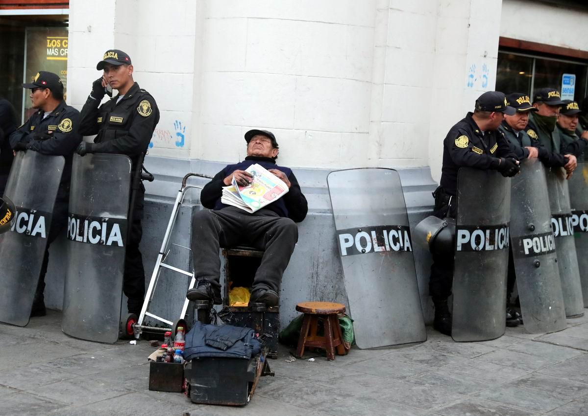 Под надежной охраной: послеобеденный сон уличного чистильщика обуви