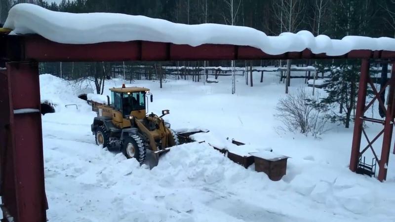 Фронтальник снег чистит