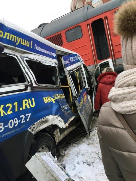 Водитель маршрутки думал, что успеет проскочить перед поездом. Случай произошел вчера в Кудрово. Водитель